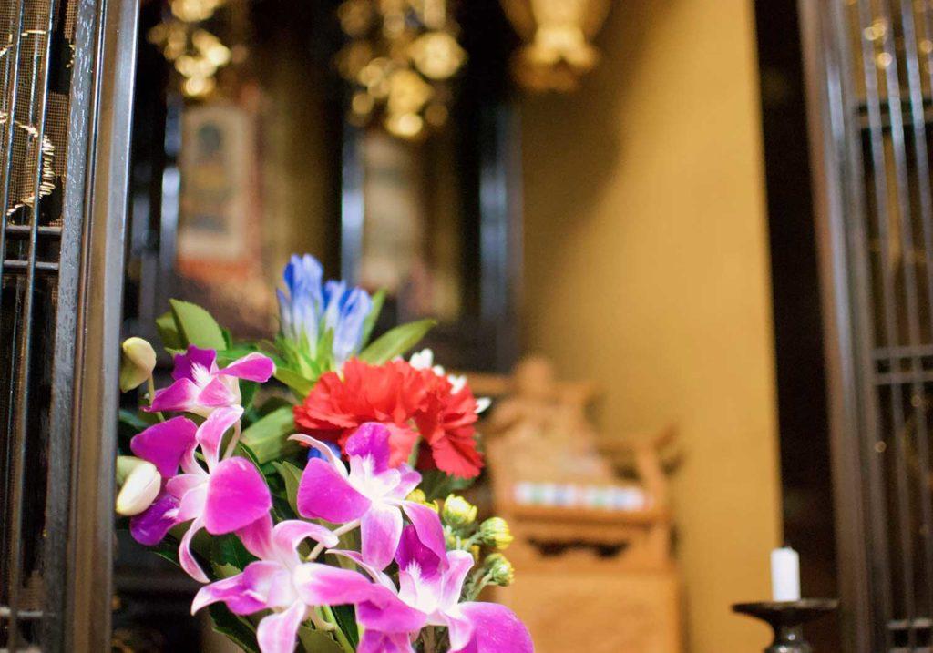 なぜ仏壇に仏花を供えるの?