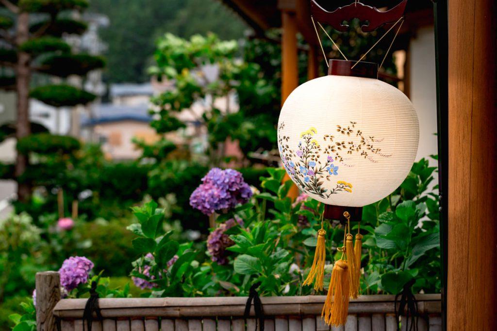 盆提灯は何年飾るのでしょう?【盆提灯の種類によって異なります】